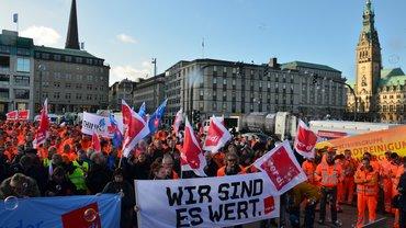 Menschenmenge mit Transparenten