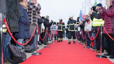 Feuerwehrmänner auf rotem Teppich