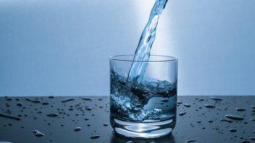 Wasserglas einschenken