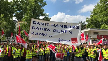 Die Beschäftigten bei Bäderland Hamburg im Warnstreik (Juli 2019)