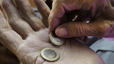Rente Altersarmut Hand Geld Euro Münzen